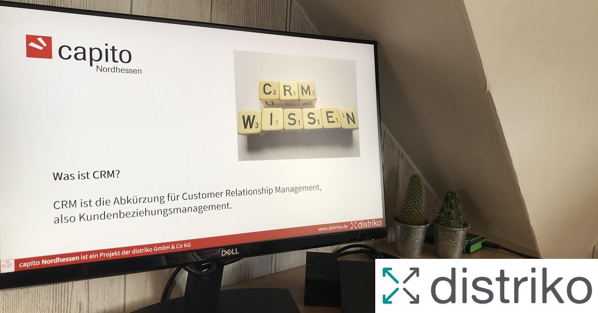 Monitor mit Präsentation CRM sowie capito und distriko Logo
