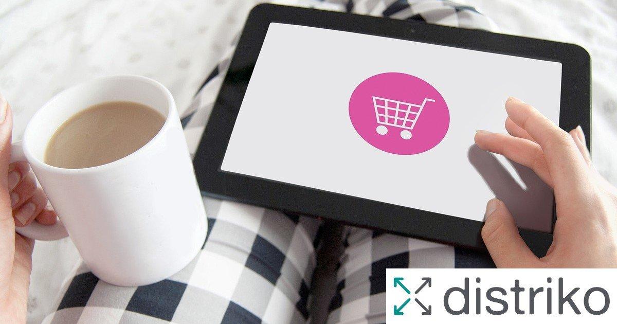 Eine Frau sitzt auf dem Sofa und kauft mit einem Tablet ein - Barrierefreier Onlineshop mit Beratung von distriko