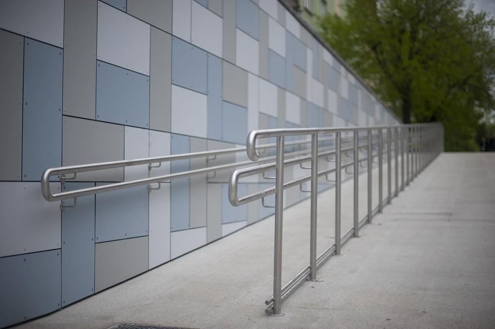 Eine Rampe mit Geländer als Zeichen für Barrierefreiheit auf distriko.de