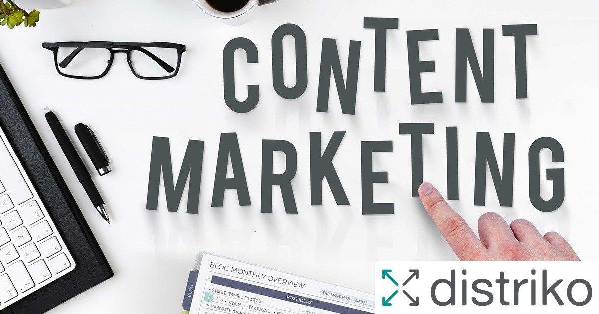 Auf einem Tisch liegen einzelne Buchstaben die den Begriff Content Marketing ergeben.
